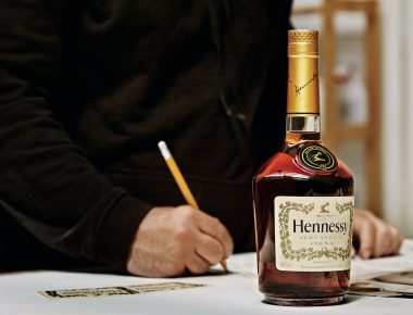 Le street artist Vhils fait bon mélange avec Hennessy