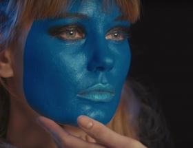 Une femme à la peau bleue
