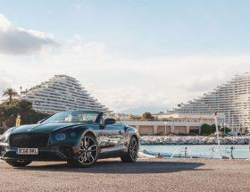 La Riviera cheveux aux vent en Bentley Continental GT Cabriolet