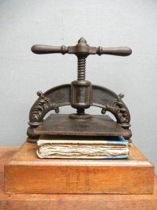 presse-reliure-Amandine-bravo-relieur-les-hardis